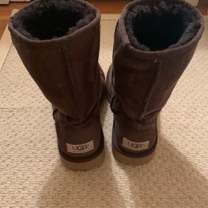 UGG classic short chocolate brown; size 5